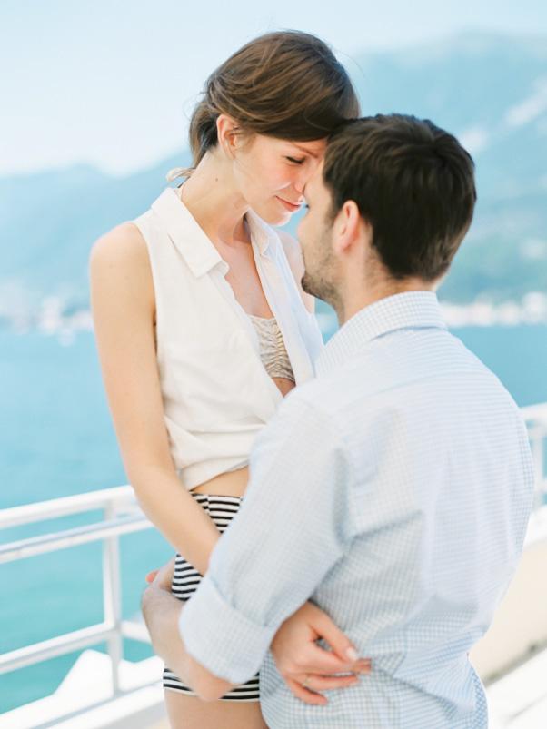 Zakochani narzeczeni nad jeziorem Como