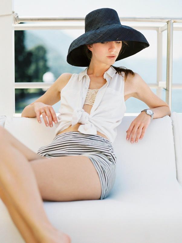 Kobieta w czarnym kapeluszu nad jeziorem Como