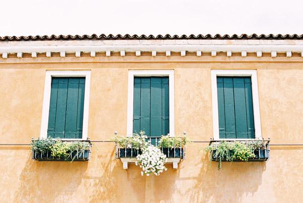 okiennice w kamienicach wenecji