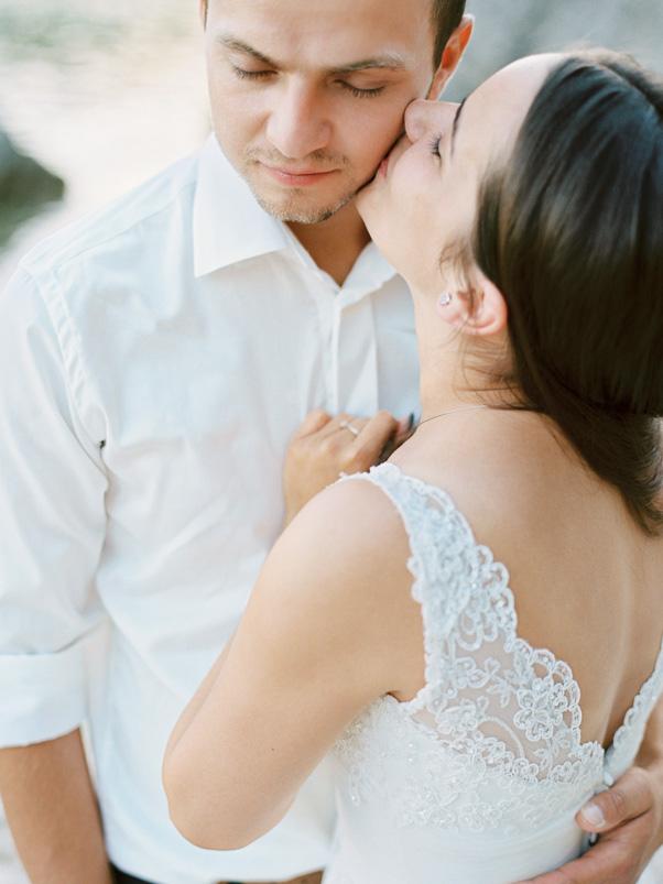 Zdjęcia podróż poślubna para młoda pocałunek Hvar Chorwacja Kodak Portra 400 Contax 645