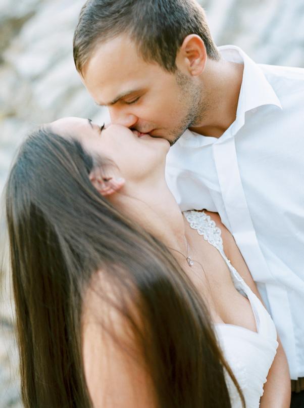 Fotografia Ślubna Pocałunek Państwo Młodzi Chorwacja Hvar Contax 645 Kodak Portra 400