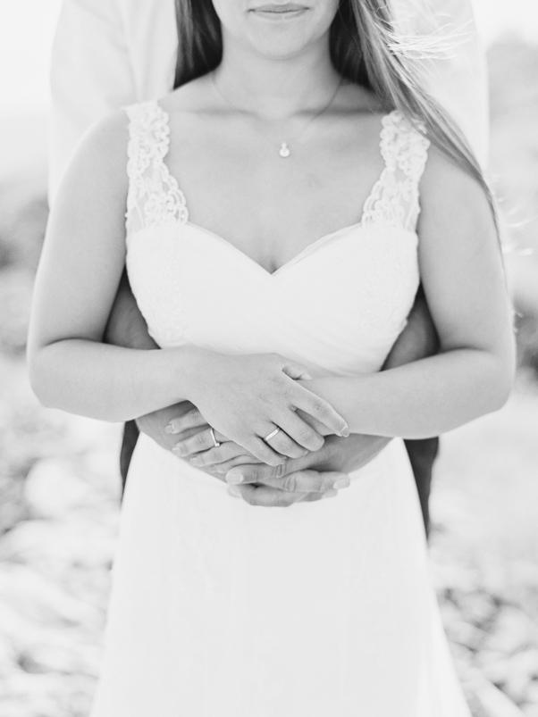 Sejsa poślubna Hvar Chorwacja czarnobiałe zdjęcie splecione ręce suknia ślubna cameoo