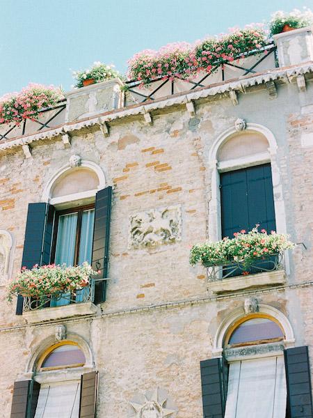 Wenecja-włochy-kamienice-kwaity-pastelowe-kolory-fuji-400h