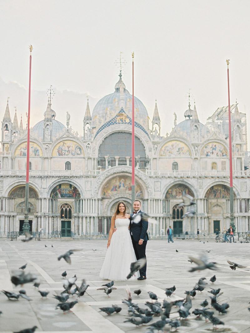 Para Młoda na placu św Marka w Wenecji Contax 645 Fuji 400h fine art wedding Venice